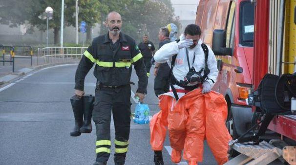 I vigili del fuoco durante l'emergenza (Foto Attalmi)