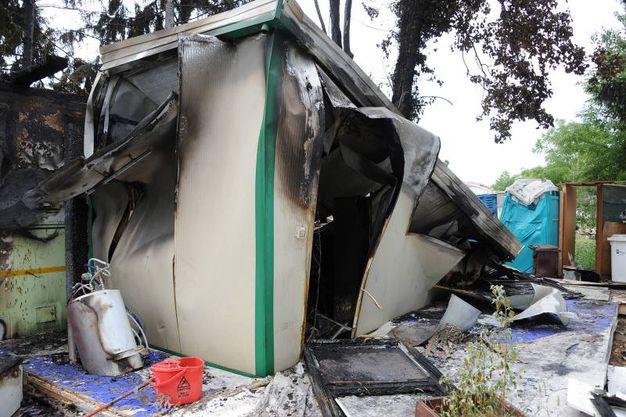 Incendio in via Caboto, distrutti un camion bar e il chiosco annesso