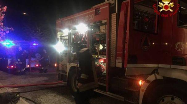 I vigili del fuoco al lavoro per l'incendio di Monteveglio