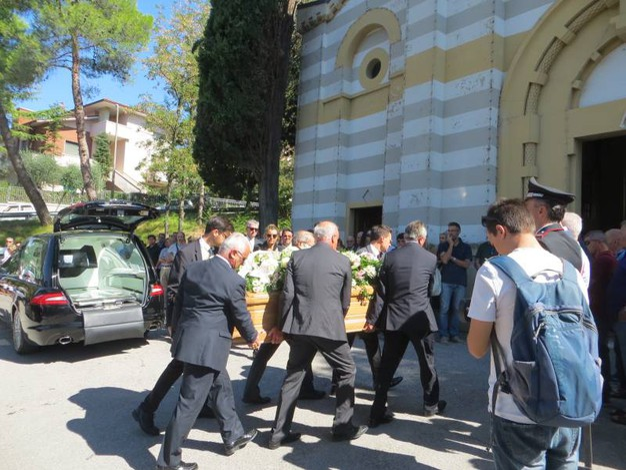 L'ingresso dei feretri in chiesa