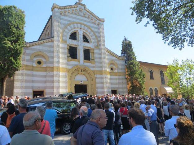 La folla davanti alla chiesa
