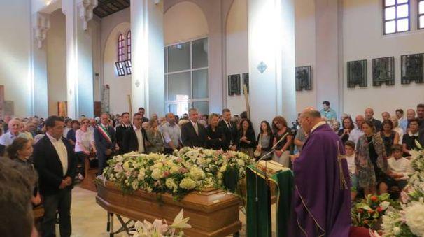 Le bare di Loris Fraticelli e di Adriana una accanto all'altra durante il funerale
