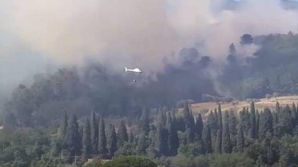 L'incendio sopra Montale riprende forza