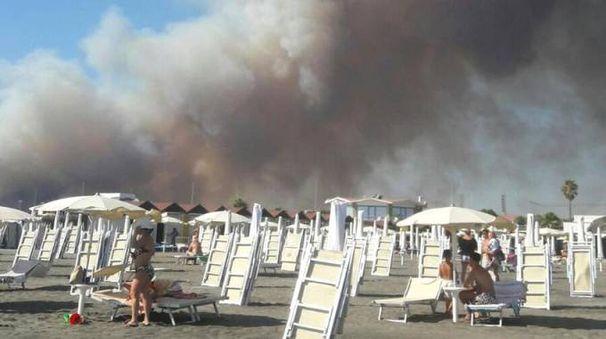 Incendio Roma, il fumo invade le spiagge a Ostia