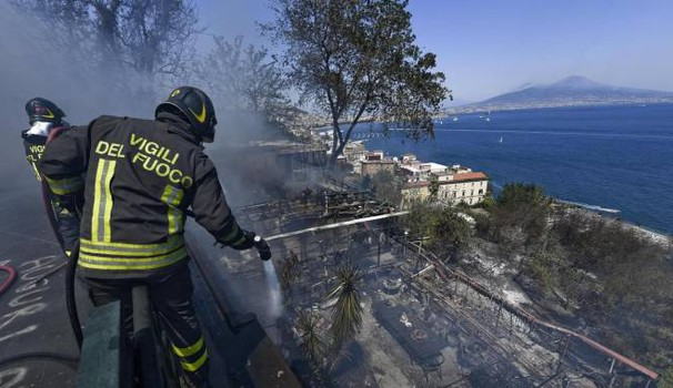 Incendio a Posillipo (Ansa)