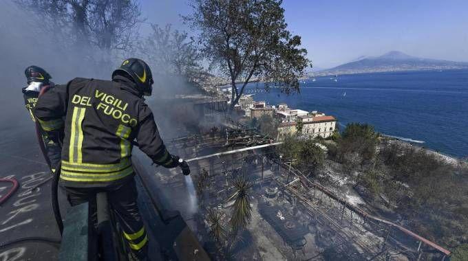 Incendio a Posillipo (Ansa)