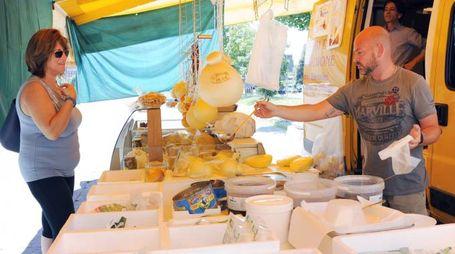 Gli ambulanti del mercato di via Lomellina