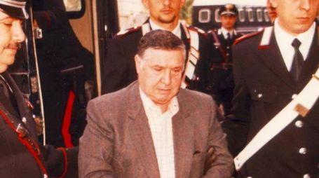 Salvatore Totò Riina tra due carabinieri dopo l'arresto del 15 gennaio del 1993 (Ansa)