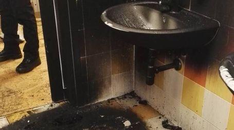 Il bagno di Cona danneggiato dal fuoco
