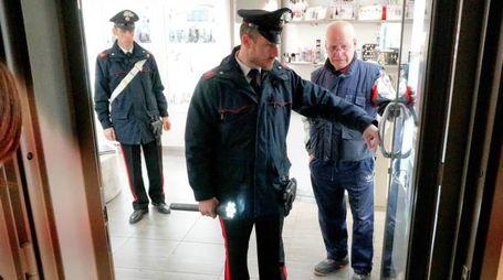 I carabinieri alla gioielleria Oro Kappa per le indagini dopo la rapina. I banditi furono arrestati in breve tempo dalla Squadra mobile di Padova
