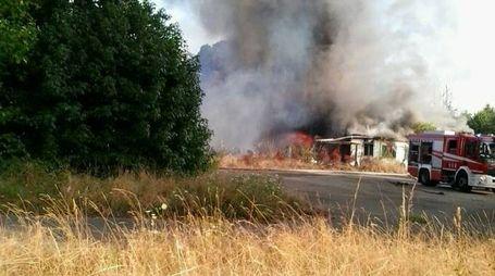 I pompieri sono intervenuti con cinque mezzi