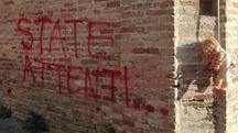 Ostra, scritta di minacce e bambola appesa a un cappio vicino al municipio