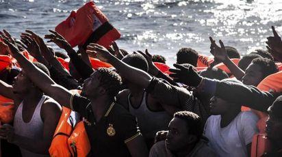 Uno sbarco di migranti (Ansa)