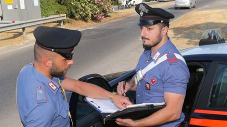 I carabinieri impegnati nei rilievi dopo un incidente. A fianco Cesare Meini