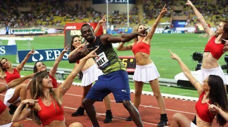 Usai Bolt con le pom pom girls (Afp)