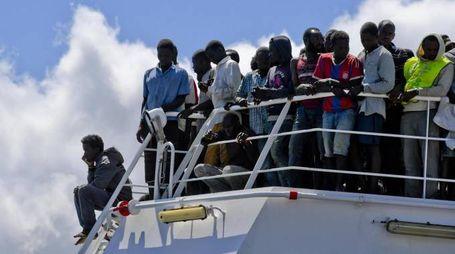 Migranti, uno sbarco (Ansa)
