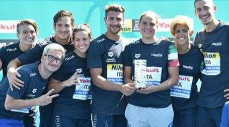 Giulia, quarta da sinistra, con gli azzurri e il prestigioso trofeo (tratta dal sito FIN)
