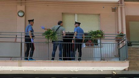 I carabinieri nella casa dove è stata aggredita una donna (foto Frasca/Fantini)