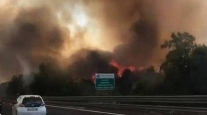 Roma, devastante incendio sull'A1 in una foto su Twitter