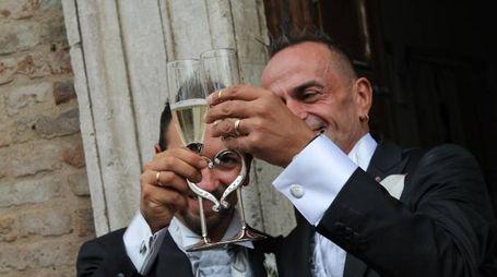 brindisi per Claudio e Giuliano dopo la cerimonia (foto Nigrisoli)