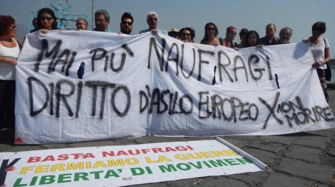 La Rete antirazzista catanese protesta contro l'attracco della nave C-star (Ansa)