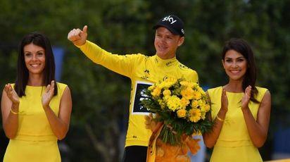 Chris Froome festeggia la vittoria del Tour de France 2017 (Afp)