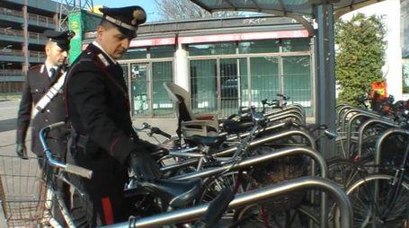 Carabinieri controllano alcune biciclette