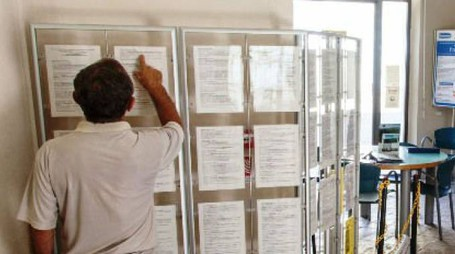 Un utente controlla gli annunci di lavoro al Centro per l'impiego di Pesaro