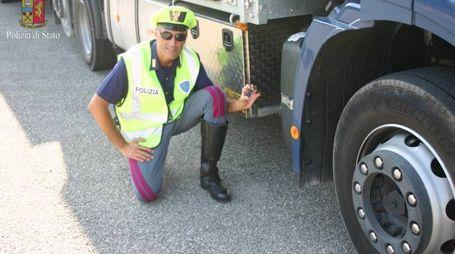 La Polstrada ha scoperto il trucco del camionista che aveva taroccato la scatola nera