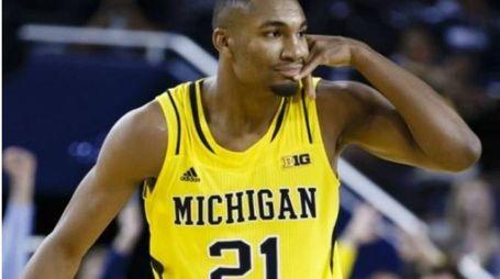 Zak Irvin con la  maglia Michigan
