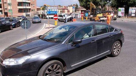CAMBIO DI MARCIA Un'auto costretta a invertire il senso al termine per i divieti in via don Minzoni
