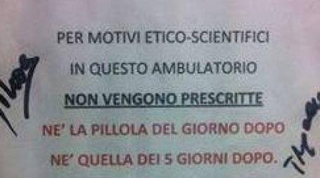 SULLA PORTA La nota fotografata da una paziente