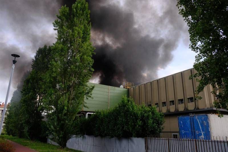 Incendio al centro raccolta rifiuti di via Senigallia (Newpress)
