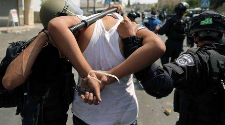Gerusalemme, forze di sicurezza israeliane fermano un palestinese (LaPresse)