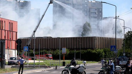 Incendio a Bruzzano, Vigili del fuoco al lavoro (LaPresse)