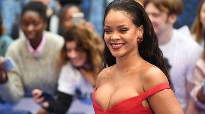 Rihanna, décolleté esplosivo a Londra