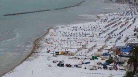 Tempesta di grandine sulla spiaggia di San Benedetto del Tronto