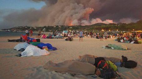 Incendio Costa Azzurra, evacuati dormono in spiaggia a Bormes Les Mimomas (Twitter)