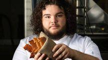 Ben Hawkey con il pane a forma di meta-lupo – Foto: Deliveroo