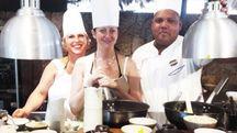 Lo chef del Lemuria con due allieve tra spezie e aromi della cucina delle Seychelles