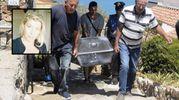 Il trasferimento di una delle salme (Foto Aprili). Nel riquadro Loredana Busonero