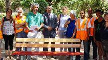 I partecipanti all'iniziativa promossa dal Comune e dall'associazione Giratempo ieri  mattina davanti alle panchine restaurate