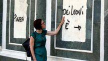 Scritte vandaliche in piazza dei Leoni e sulla Collegiata (Foto Gianni Nucci)