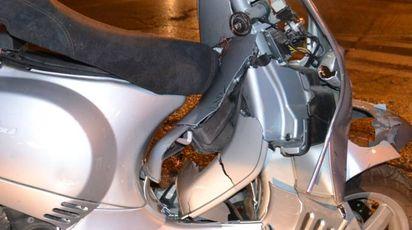 Lo scooter della 22enne dopo il violento urto con la vettura