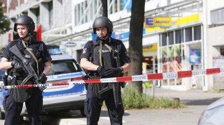 Amburgo, uomo accoltella clienti in un supermercato (foto Ansa)