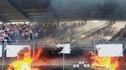 L'incendio a bordocampo durante la partita (foto Pasquali)