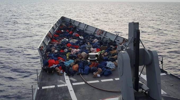 Migranti soccorsi (Ansa)