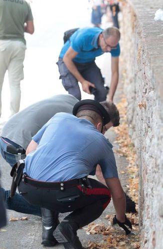 I carabinieri sul luogo dell'aggressione (foto Lazzeroni)