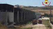 Le fiamme sono divampate da un fabbricato industriale