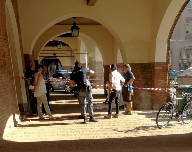 Il ritrovamento del corpo dell'antiquario (Foto Businesspress)